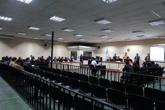 Pasadas las 3 horas el tribunal comienza la lectura de la sentencia. El juez Pablo Xitumul agradece la espera de todas las personas y comienza a dictar lo resuelto.