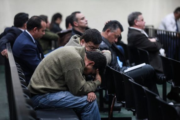 Los acusados escuchan con ansiedad los 40 minutos de lectura del tribunal durante la sentencia del caso.