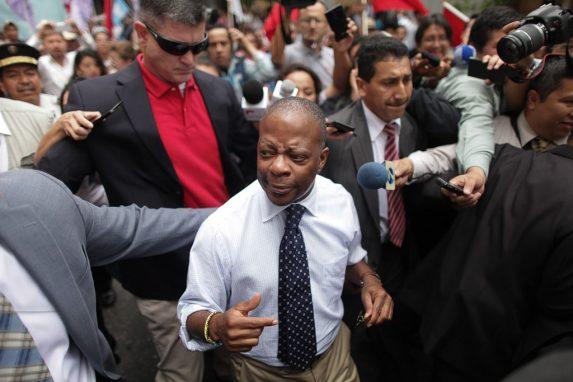 El entonces embajador Todd Robinson en una protesta frente al Congreso en julio del 2015.