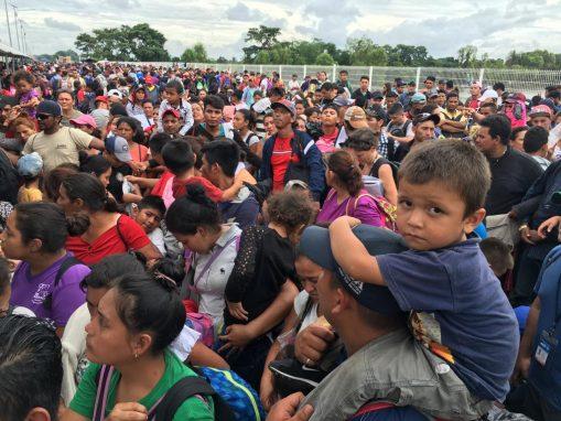 Fueron más de 24 horas las que pasaron para que el gobierno de México abriera el paso, pero no fue para todos. Mujeres, niños y algunas familias completas como prioridad. No fueron más de 300 personas a las que se les permitió el ingreso por esa vía. (Foto: Carlos Sebastián)