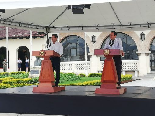 Los presidentes Juan Orlando Hernández y Jimmy Morales presentaron un plan para retornar a los hondureños. (Foto: Lenin Patá)