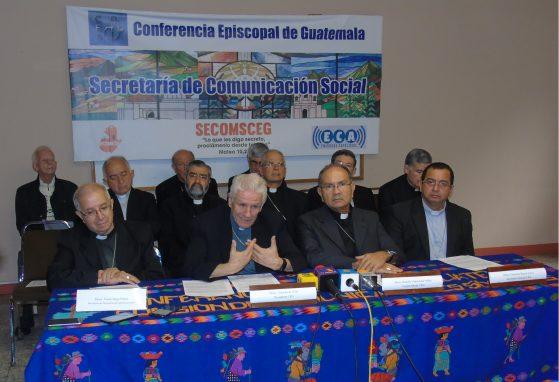 Los obispos Víctor Hugo Palma Paúl, Gonzalo de Villa y Vásquez y Rodolfo Valenzuela Núñez en conferencia de prensa.