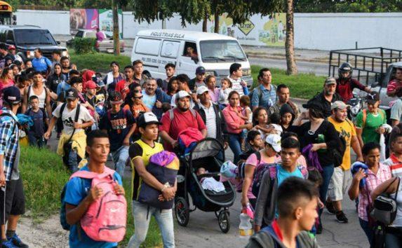 Migrantes hondureños emprendieron una caminata hacia Estados Unidos el pasado 12 de octubre. Este lunes llegaron a la frontera con Guatemala.