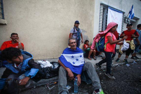 Carlos se protege con la bandera de Honduras. Dice que en su país las personas de su edad son excluidas.
