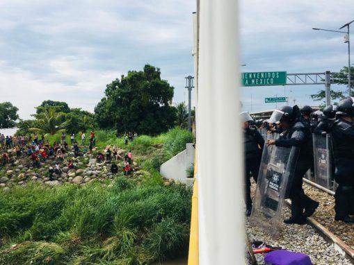 Los hondureños que cruzaron por el río animaban al resto de la caravana para que hicieran lo mismo, dada la negativa (y silencio) de México para que continuara la caravana por su territorio. (Foto: Carlos Sebastián)