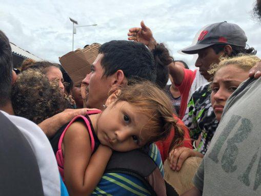 La incertidumbre y desesperación se apoderó de los hondureños sobre el puente. Se anotaban en listas para ordenar el supuesto paso a México. (Foto: Carlos Sebastián)
