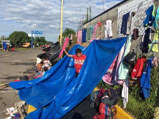 Quienes se quedaron en el puente o cerca de él hicieron champas con plástico para esperar las horas, no se sabe cuántas más, para pasar al lado mexicano. (Foto: Carlos Sebastián)