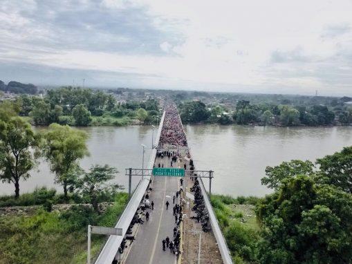 México montó un operativo con la Policía Federal para interrumpir el paso de la caravana de hondureños, esto desde el mediodía del viernes 19 de octubre.