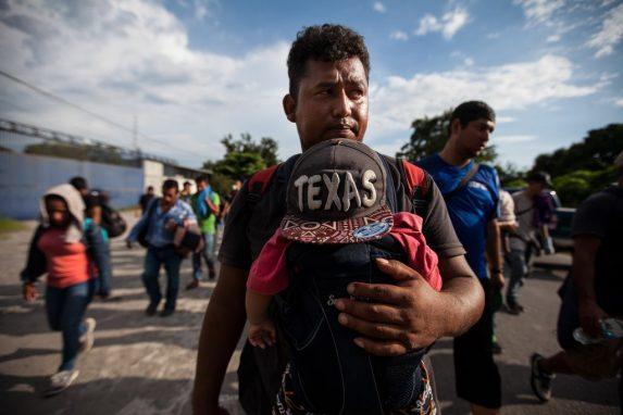Un hondureño y su hijo caminan en la caravana que escapó de su país por las condiciones de inseguridad y pobreza. Van rumbo a Estados Unidos. (Foto: Sandra Sebastián)
