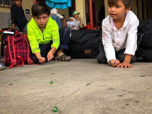 Cincos, canicas, china, mara o lechita. Esas esferas diminutas sirven para entretener a los niños que acompañan la caravana de hondureños. Un movimiento de personas que busca un refugio en Estados Unidos. (Foto: Pia Flores)