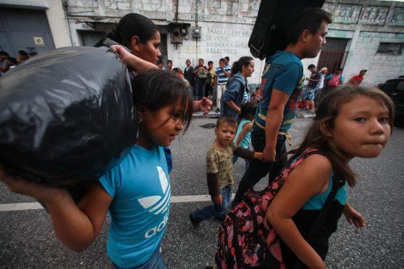Los equipajes son livianos pero nada cómodos para transportar. Algunos hondureños llevan bolsas de plástico negro donde apenas llevan ropa e insumos básicos. Los menores ayudan a sus padres para aliviar el peso del camino.