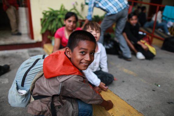 Niños se reúnen para jugar con canicas mientras todos toman un descanso en la Ciudad de Guatemala. Los hondureños tomaron un descanso en la Casa del Migrante, zona 1, para encaminarse hacia la frontera con México.