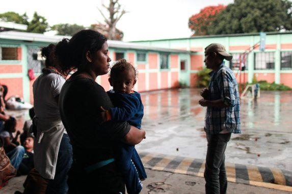 Ellos son parte de los hondureños que buscan un refugio en Estados Unidos y una vida diferente, lejos de la violencia y la falta de trabajo en su país. Varias mujeres viajan con sus hijos en brazos.