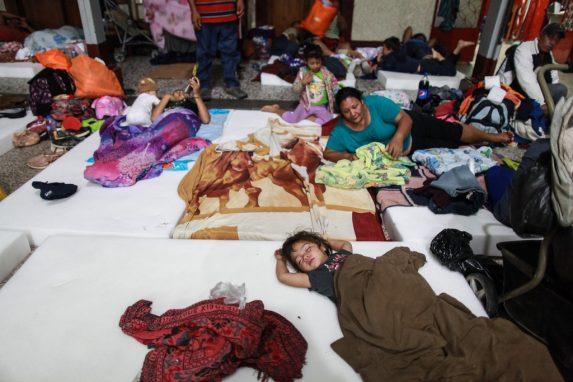Dos mujeres contemplan el descanso de los niños que las acompañan. Esta familia hondureña se acomodó para tomar fuerzas y continuar con el largo trayecto que les espera hacia Estados Unidos.