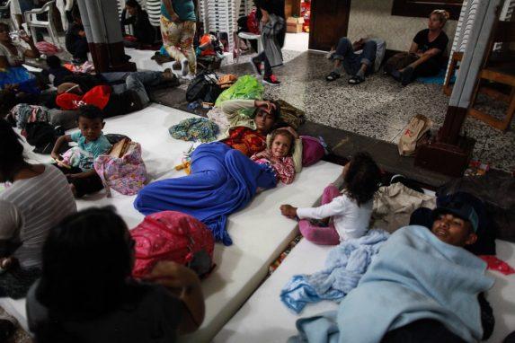 Familias completas se protegen en el albergue y duermen unas horas para tomar fuerzas en su camino hacia Estados Unidos. La Casa del Migrante, en zona 1, abrió sus puertas y les brindó un espacio para dormir, voluntarios también les llevaron algo de comida e hidratación.