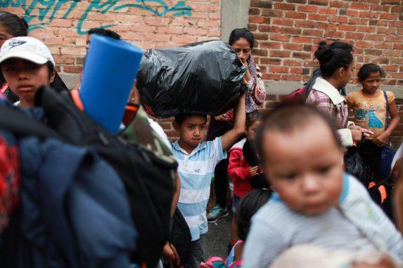 Los equipajes son livianos y poco cómodos para transportar. Algunos hondureños llevan bolsas de plástico negro donde apenas llevan ropa e insumos básicos. Los menores ayudan a sus padres para aliviar el peso del camino.