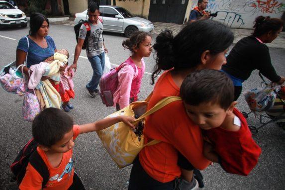 En brazos, hombros, caminando y los que tienen suerte en carruajes. Es la manera en la que viajan los niños que acompañan a sus padres en esta aventura de cruzar las fronteras de Guatemala y México para llegar a Estados Unidos, donde aún es incierto si les permitirán cruzar.