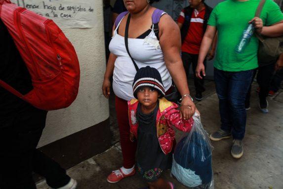Siempre cerca de sus mamás. Para los menores llegar a Estados Unidos es una oportunidad para mejorar sus vidas. Escuchan los sueños de sus padres y los toman para ellos. En sus miradas reflejan esa esperanza de llegar.