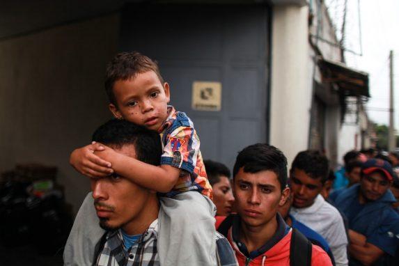 Sus miradas reflejan agotamiento. Niños viajan en hombros para no sentir tan cansado el viaje. Así llegaron a la Casa del Migrante en la Ciudad de Guatemala donde la caravana hizo escala previo a su viaje a la frontera con México.