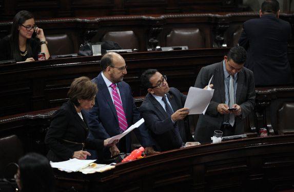 La bancada de Encuentro por Guatemala revisa las enmiendas hechas a última hora al proyecto del Presupuesto 2019.