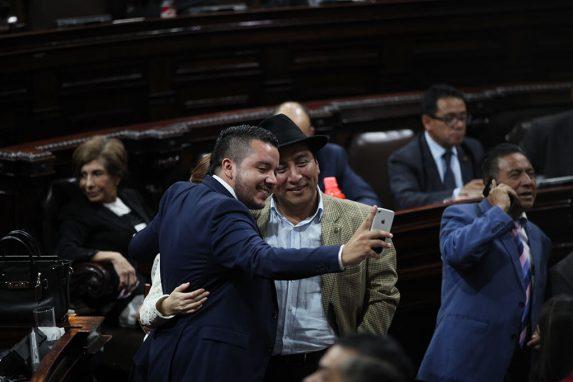 Los diputados José Hernández Salguero —de la bancada UCN— y Amílcar Pop —de WINAQ— se toman una selfi durante la plenaria.