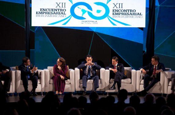 Los organizadores de la Cumbre intentaron mantener alejados a los periodistas de las delegaciones invitadas. En el escenario de cierre del encuentro empresarial habla Juan Orlando Hernández, mientras a Jimmy Morales se le ve pensativo.