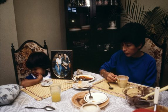 Nineth Montenegro cena junto a su hija, frente a una fotografía de su esposo desaparecido. Foto: Jean-Marie Simon