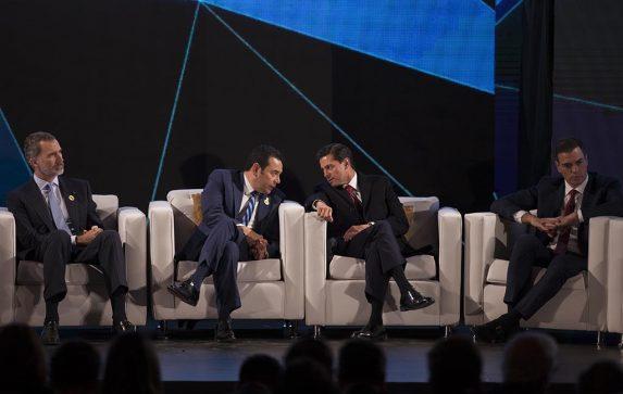 Jimmy Morales y Enrique Peña Nieto en un intercambio de palabras en el escenario principal del evento.