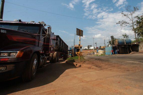 Camiones retiran carga de níquel.