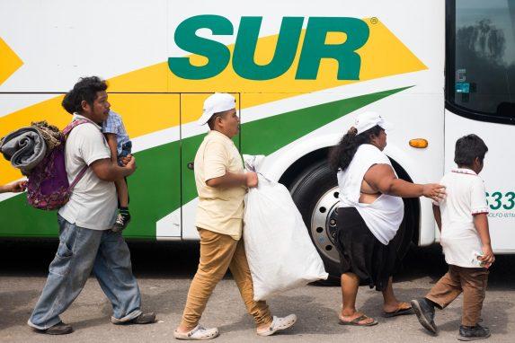 Migrantes centroamericanos abordan un autobús para llegar a la ciudad de Matías Romero, Oaxaca. Los voluntarios de la caravana se encargaron de solicitar al motorista que los llevara a su destino. 1 de noviembre de 2018. Foto: Fred Ramos