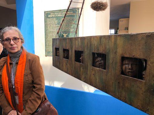 La artista Nuni Canals junto a su obra.