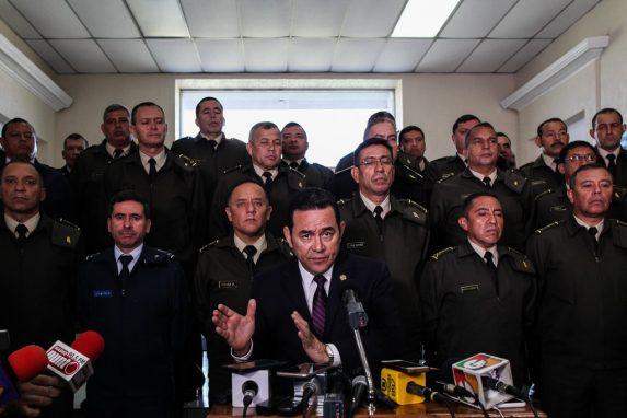 MARZO. Este mes, Jimmy Morales hizo movimientos en el Ejército y envió un mensaje sobre la cercanía de esta institución con sus decisiones de Estado: fueron removidos 187 militares de brigadas y comandancias del norte, aprobó una transferencia presupuestaria Q65 millones adicionales y confirmó que los militares dejaban de brindar apoyo en seguridad ciudadana.