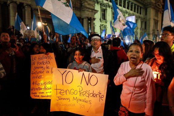 JUNIO. Estudiantes de la USAC intensificaron las protestas en contra del gobierno de Jimmy Morales. Una noche de junio realizaron una marcha con antorchas para exigir su renuncia.