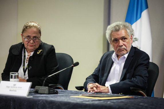 """JULIO. El excanciller Édgar Gutiérrez presentó una denuncia en contra del presidente Jimmy Morales por supuestos abusos sexuales que habrían sufrido un grupo de mujeres. Gutiérrez dijo que la denuncia la presentó como """"testigo referencial"""". En noviembre, el MP cerró el caso porque ninguna persona lo denunció."""