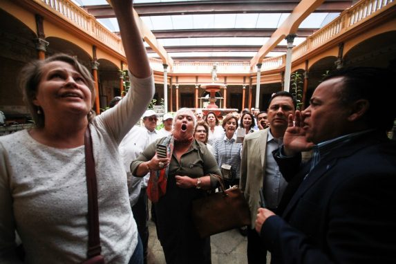 AGOSTO. Una conferencia de prensa entre magistrados del TSE e Iván Velásquez, jefe de la CICIG, luego de la firma de un convenio de cooperación, fue suspendida por la irrupción de detractores del comisionado en el salón donde se celebraba el acto. La protesta fue promovida por la organización Guatemala Inmortal.