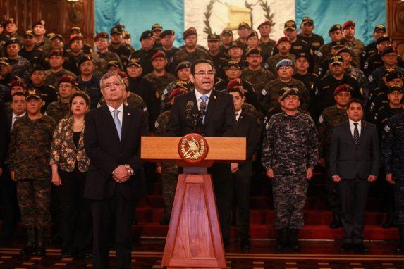 ABRIL. Rodeado de militares y parte de su gabinete, el presidente Jimmy Morales anunció el fin del mandato de CICIG para septiembre del 2019. El ejército utilizó vehículos artillados J8 —donados por Estados Unidos— para amedrentar a la población durante la conferencia que recordó el pasado más oscuro de la historia de Guatemala.