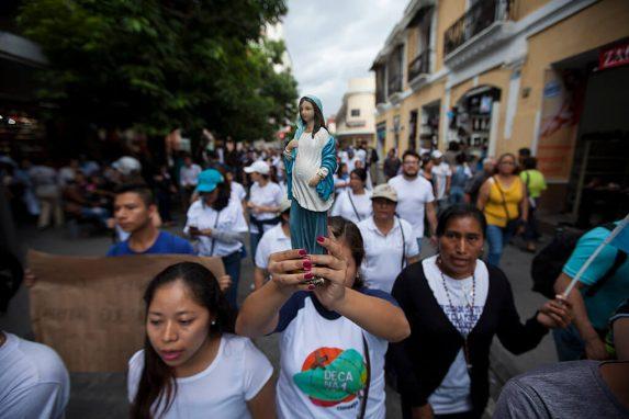 SEPTIEMBRE. Este fue quizá el mes más agitado del año. La Iglesia Católica convocó a una Marcha por la Vida, donde rechazaban las leyes proaborto y defendían a la familia. En el contexto con que se realizó fue aprovechada por los detractores de la CICIG para asegurar que la multitudinaria marcha era para apoyar al presidente Jimmy Morales.