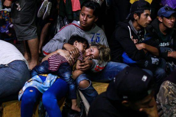 NOVIEMBRE. Una caravana de refugiados partió desde San Pedro Sula con la intención de llegar a Estados Unidos. Los hondureños escapaban de la pobreza, falta de oportunidades y la violencia de su país. Esta enorme marcha puso rostro a los miles de inmigrantes que escapan de las condiciones de los países del Triángulo Norte para buscar una oportunidad en Estados Unidos. Donald Trump —a propósito de las elecciones de medio término en ese país— siguió el recorrido de la caravana y amenazó con cortar la ayuda a Guatemala, El Salvador y Honduras si no detenían la llegada a la frontera.