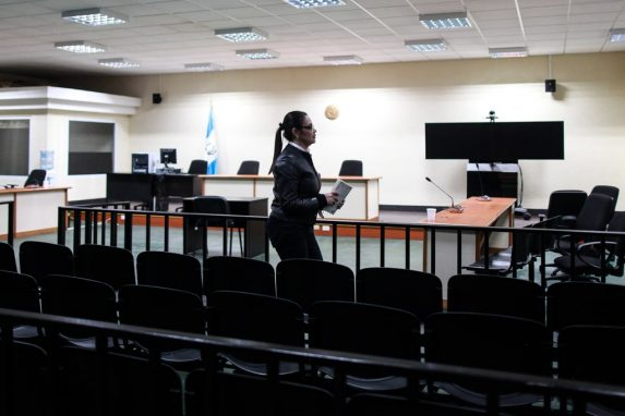 OCTUBRE. La primera sentencia contra la ex vicepresidenta Roxana Baldetti. El caso que mayor indignación ha causado en la sociedad por la limpieza al lago de Atitlán llegó a su fin y la exlíder del PP recibió 15 años de prisión por el fraude.