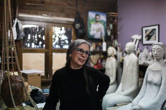 La artista Nuni Canals en el estudio ubicado en su casa. Explica la inspiración de la obra.