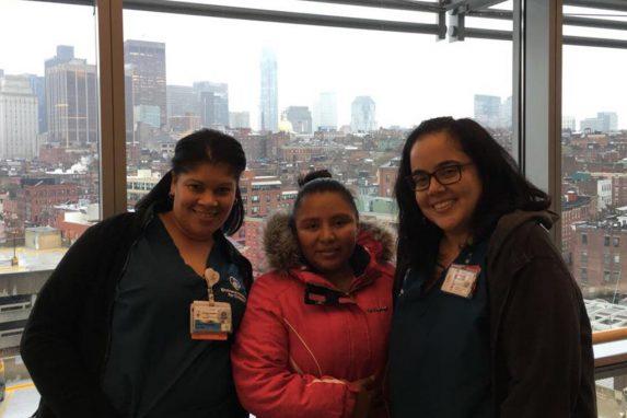 Heidy junto a las trabajadoras sociales del hospital de Boston donde se encuentra su hija.