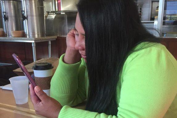 Heidy mantiene comuniación con sus hijos a través de un celular.