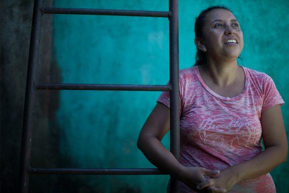 Norma utiliza una escalera para subir al techo y vigilar la actividad del volcán. Tiene miedo de que vuelva a ocurrir una tragedia similar a la de hace seis meses.