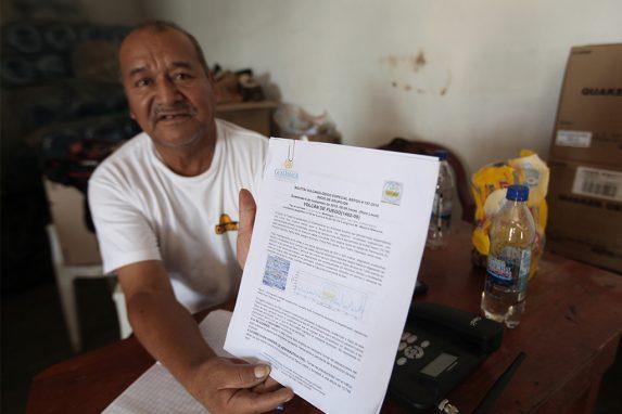 Isidoro López recopila cada instante los boletines del INSIVUMEH para que en el albergue tengan actualización sobre el comportamiento del volcán.