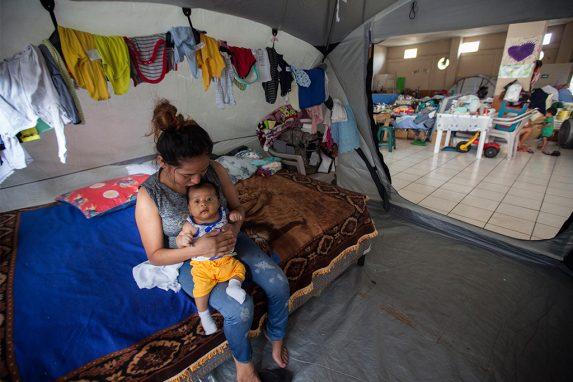 Maydi cuida de su bebé —nacido en septiembre— en una carpa que le donaron en el albergue donde aún permanece.