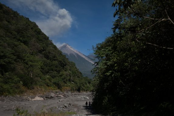 Quienes volvieron a las comunidades se enfrentan a la amenaza de un volcán que continúa en actividad.