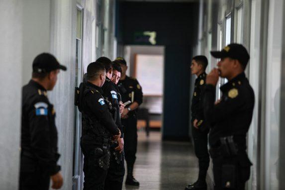 Agentes de la PNC acompañan al MP y CICIG en allanamientos a la Muni en el caso Caja de Pandora. Foto: Carlos Sebastián
