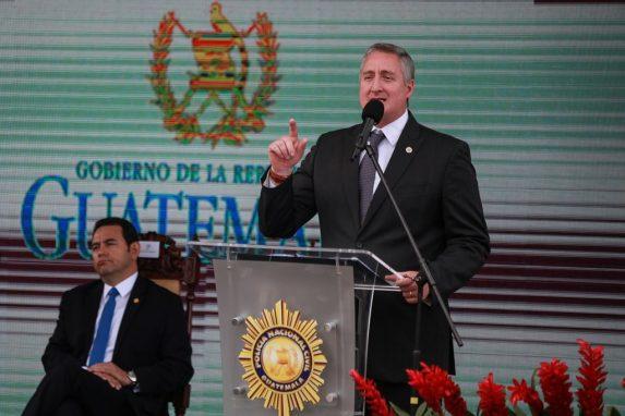 El ministro Enrique Degenhart envía un mensaje a los agentes de la PNC durante la celebración del 21 aniversario de la institución, junto a él, el presidente Jimmy Morales. Foto: Carlos Sebastián