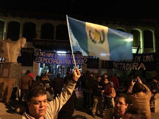 Guatemaltecos se reúnen frente a la CC en apoyo a los magistrados