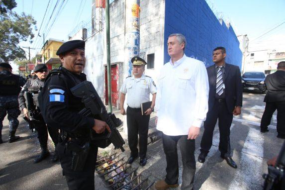 El ministro de Gobernación, Enrique Degenhart participó en los operativos en contra de las extorsiones y para esclarecer lo ocurrido en la colonia Quinta Samayoa, zona 7.
